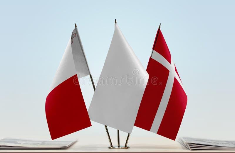 Flaggor av Malta och Danmark royaltyfria bilder
