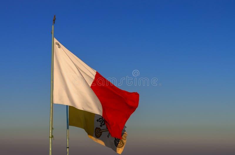 Flaggor av Malta och Vaticanen royaltyfri foto