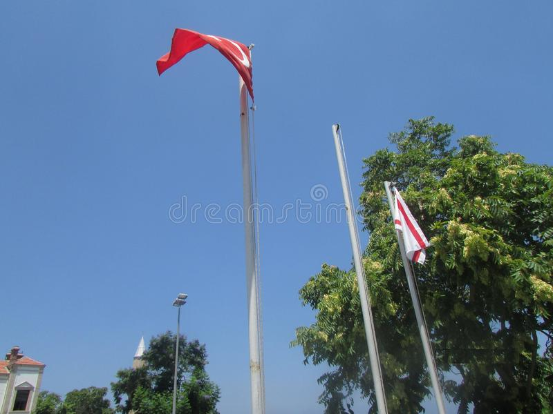 Flaggor av närliggande Turkiet och nordliga Cypern arkivfoto