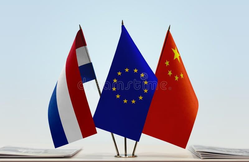 Flaggor av NederländernaEU och Kina fotografering för bildbyråer