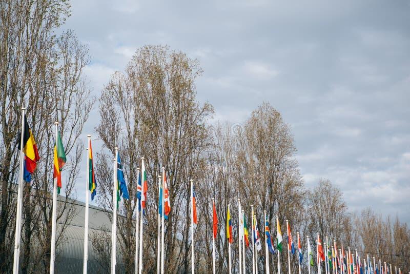 Flaggor av olika länder i parkera av nationer i Lissabon i Portugal royaltyfria bilder