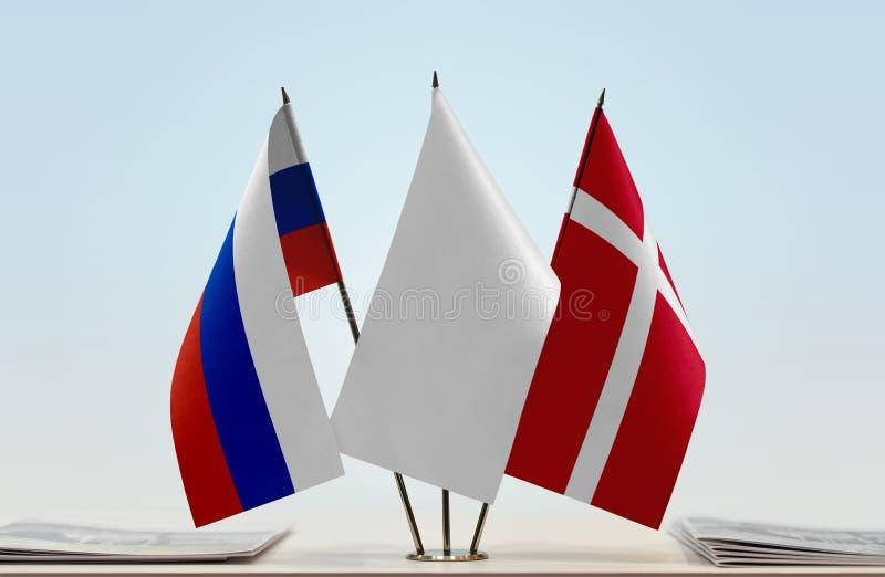 Flaggor av Ryssland och Danmark royaltyfri fotografi