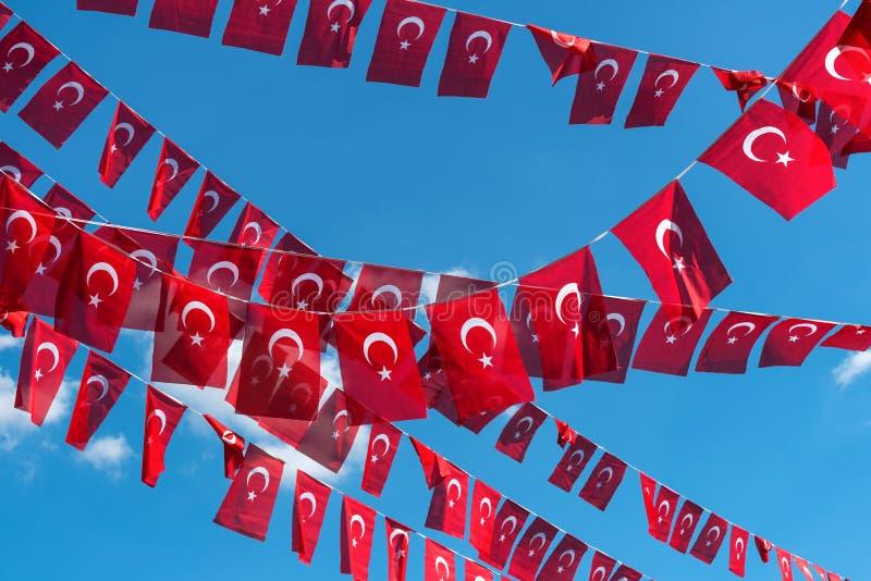 Flaggor av Turkiet över bakgrund för blå himmel royaltyfria foton