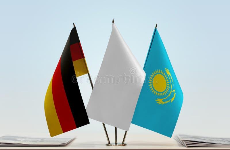 Flaggor av Tyskland och Kasakhstan royaltyfri fotografi
