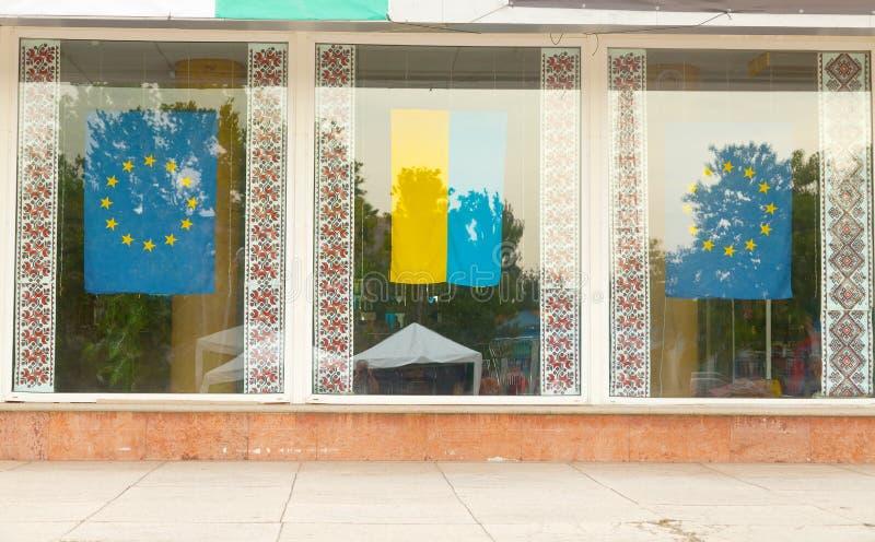 Flaggor av Ukraina, europeisk union och nationella modeller av embroien royaltyfri foto