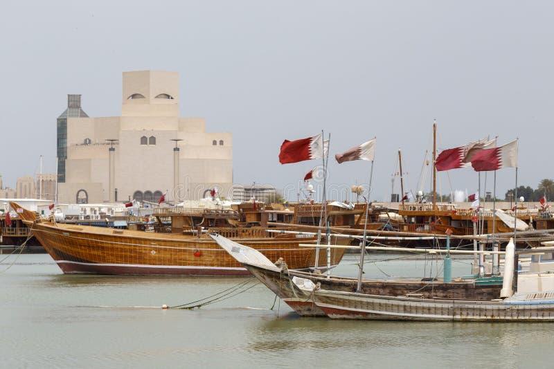 Flaggor, dhows och islamisk konstmusem royaltyfri foto