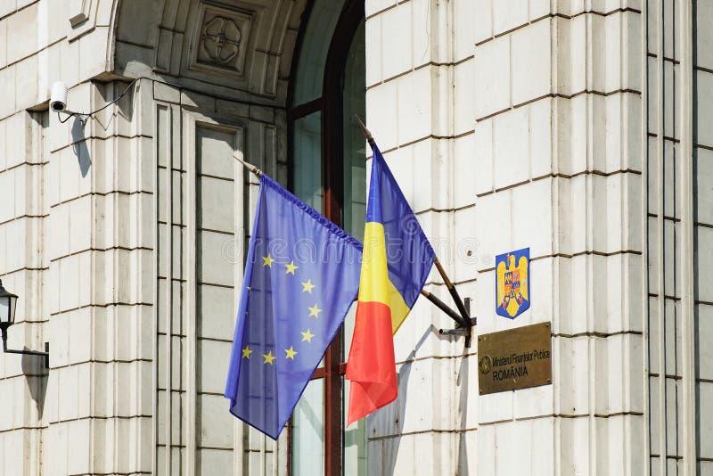 Flaggor för europeisk union och Rumänien på väggen royaltyfri fotografi