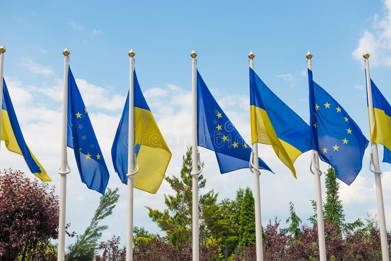 Flaggor f?r europeisk union och Ukraina arkivbild