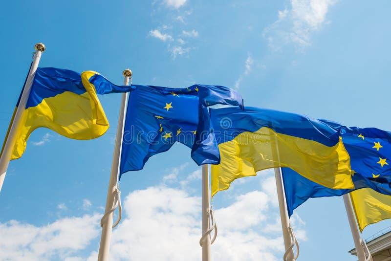 Flaggor f?r europeisk union och Ukraina arkivbilder