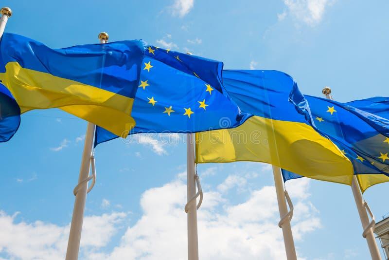 Flaggor f?r europeisk union och Ukraina royaltyfri bild