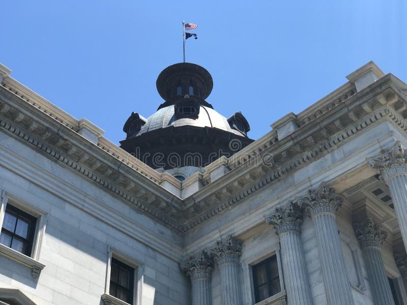 Flaggor flyger höjdpunkt överst av den södra Carolina State House arkivbilder