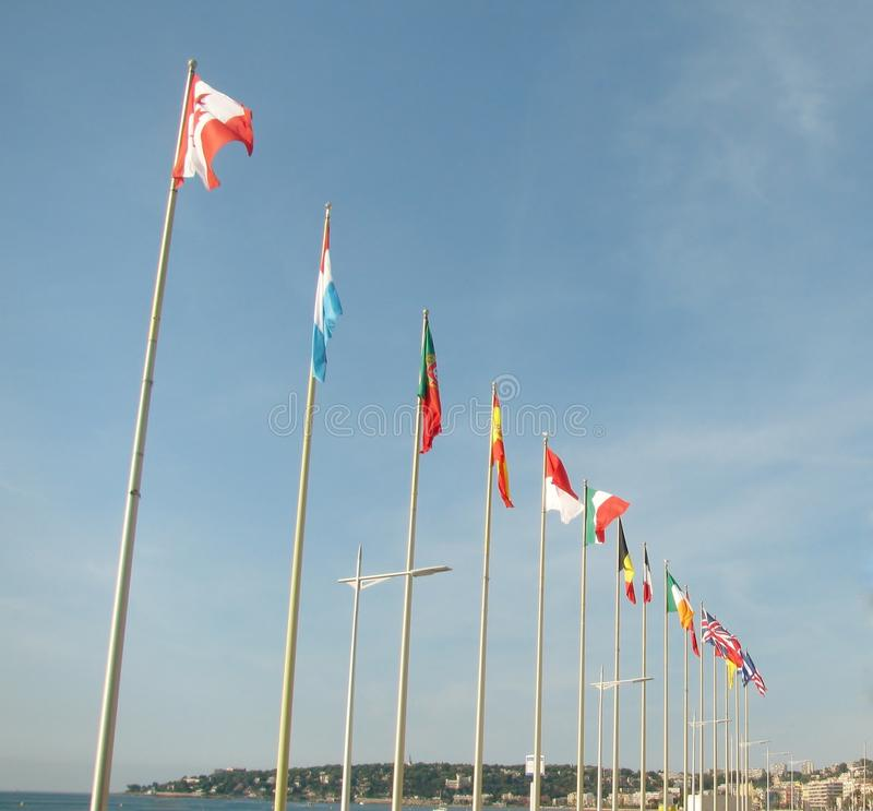 Flaggor flyger sidan - förbi - sidan royaltyfri foto