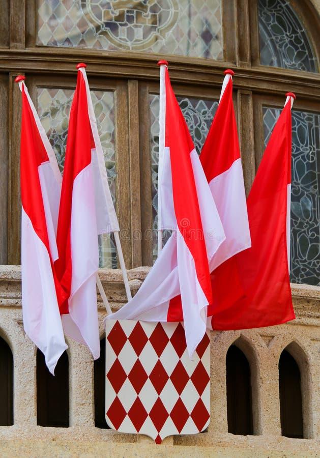 Flaggor och vapensköld av Monaco arkivfoton