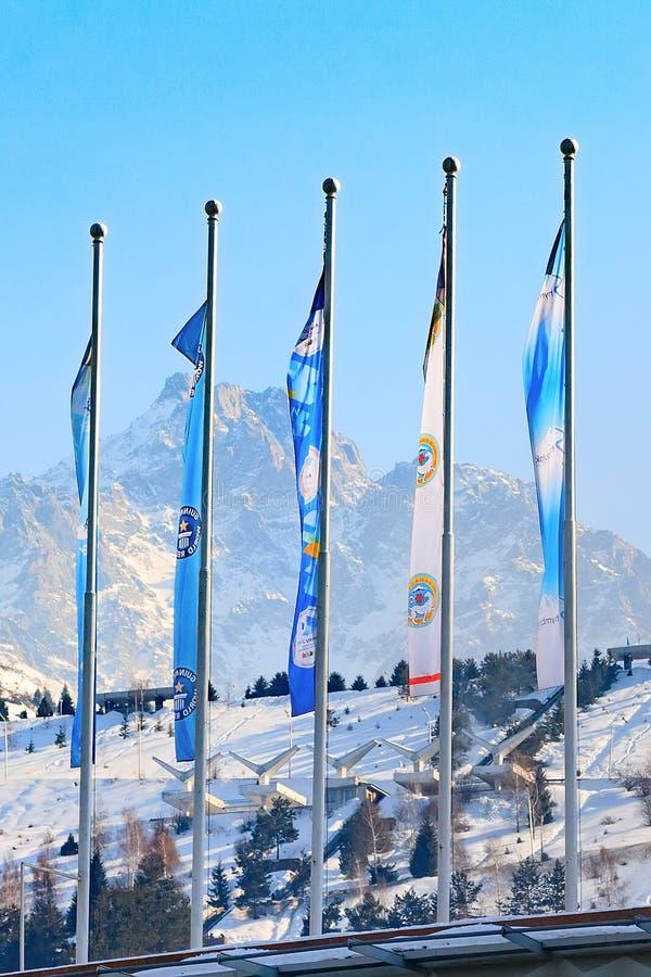 Flaggor på den åka skridskor isbanan Medeo i Almaty, Kasakhstan royaltyfria bilder