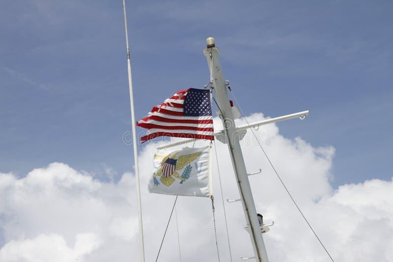 Flaggor på masten av ett skepp arkivbild