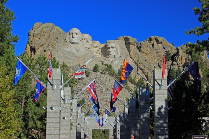 Flaggor på Mount Rushmore i South Dakota fotografering för bildbyråer