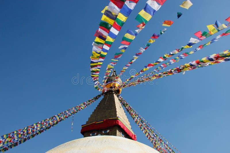 Flaggor på stupa i Katmandu fotografering för bildbyråer