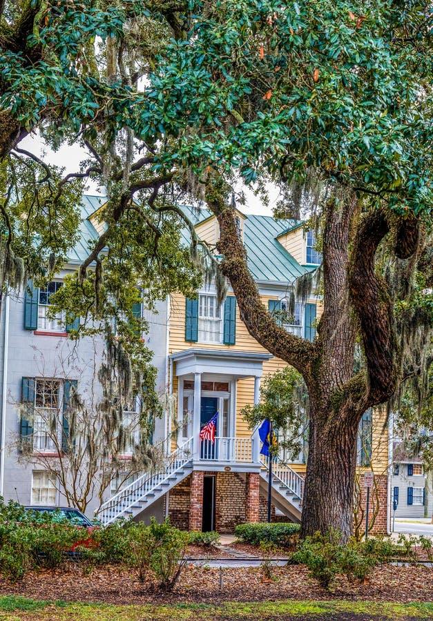 Flaggor på traditionellt sydligt hem i Savannah fotografering för bildbyråer