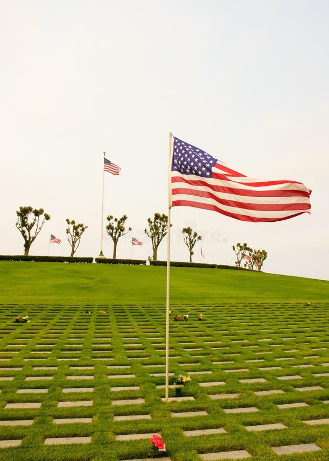 Flaggor som vågr på kyrkogården fotografering för bildbyråer