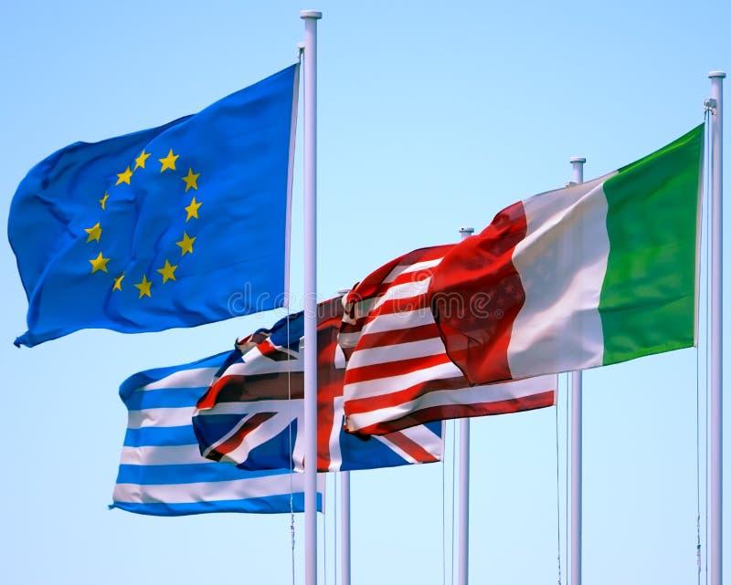 Flaggor som vinkar i blå himmel royaltyfri foto