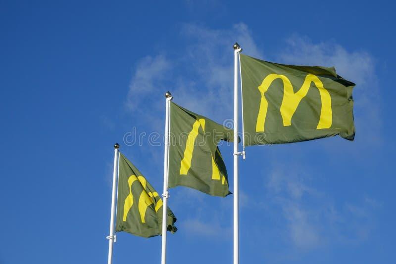 Flaggor utanför den Mcdonald restaurangen Amerikanskt snabbmatföretag royaltyfria bilder