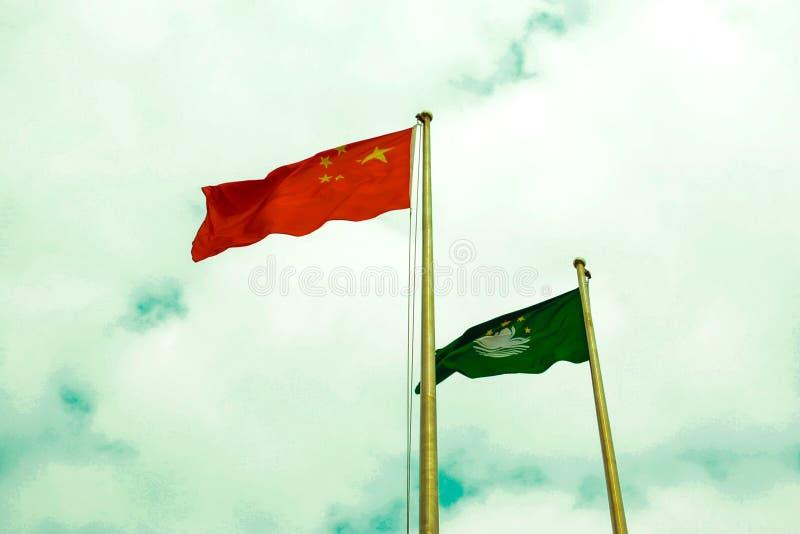 Flaggorna av Folkrepubliken Kina och Macao den speciala administrativa regionen royaltyfria foton