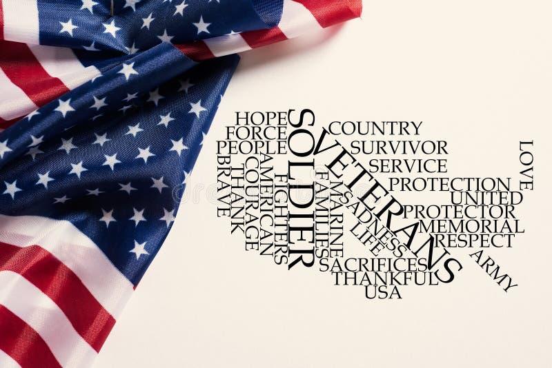 Flagi amerykańskie i etykietki obłoczny honorowanie weterani obrazy stock