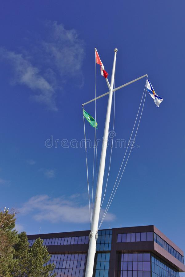 Flagi na niebieskie niebo maszcie zdjęcia stock