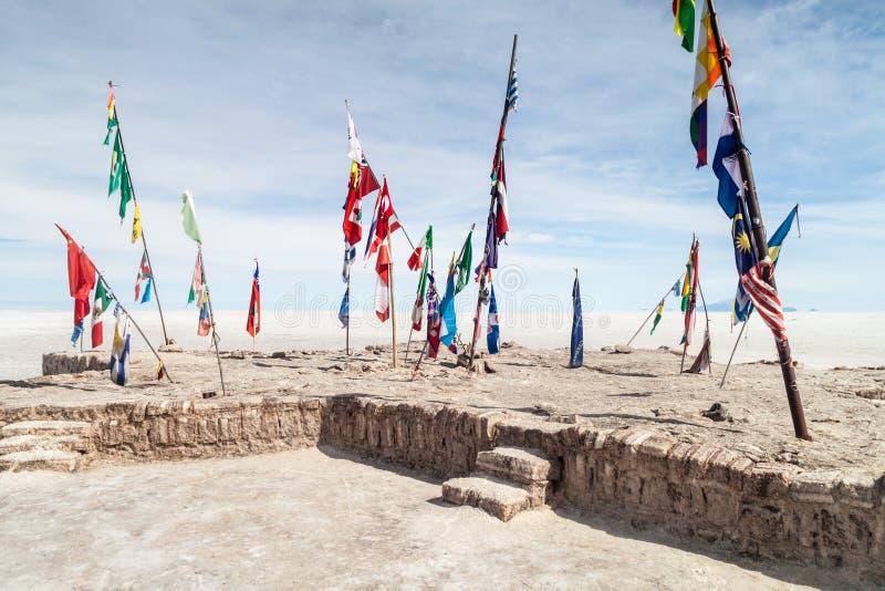 Flagi na solankowym prostym Salar De Uyuni zdjęcia stock