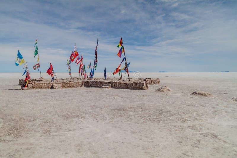 Flagi na solankowym prostym Salar De Uyuni obrazy royalty free