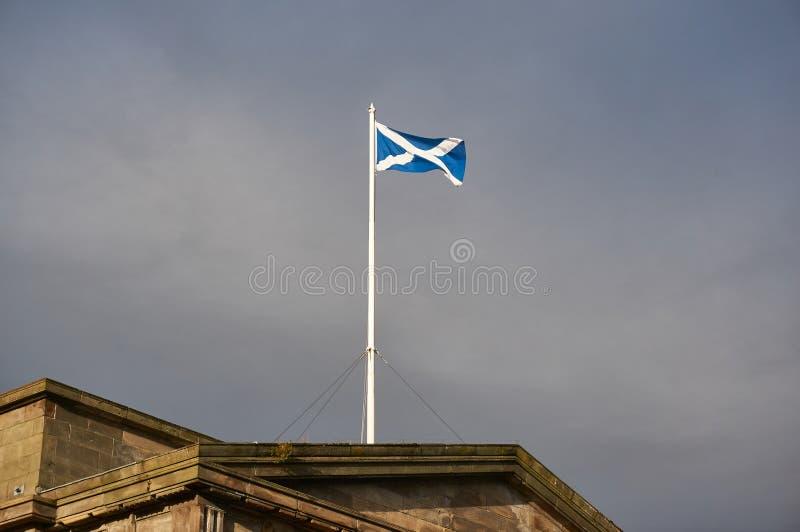 Flagpole z Szkocką flaga na pokazie na dachu historyczny budynek w centrum miasta Glasgow obraz stock