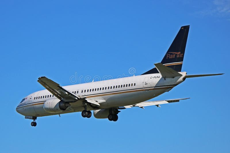 Flair Airlines Boeing 737-400 Em Voo imagens de stock royalty free