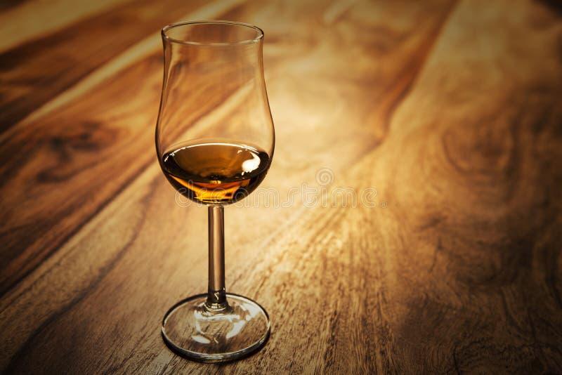 Flair du verre avec le whiskey de malt simple écossais images stock