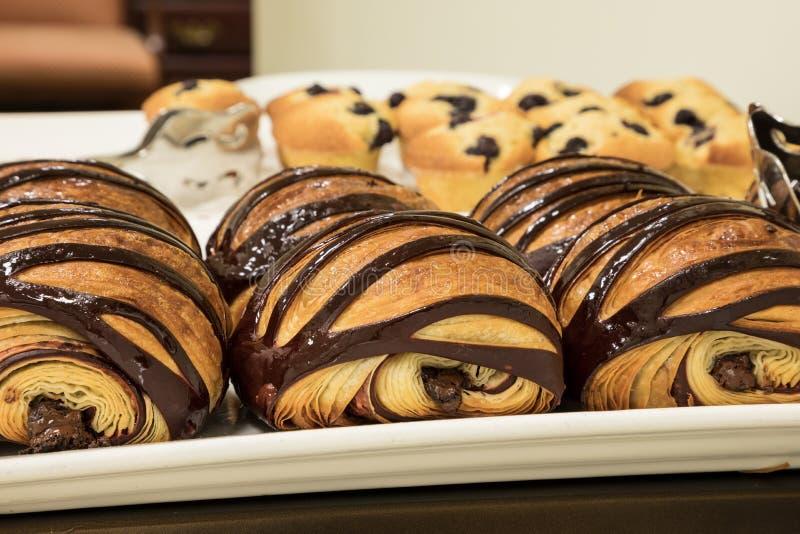 Flakey Czekoladowy Croissant grupujący na talerzu w piekarni świeżej obrazy stock