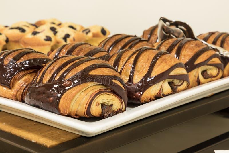 Flakey Czekoladowy Croissant grupujący na talerzu w piekarni świeżej zdjęcia royalty free