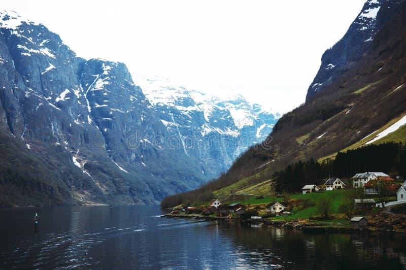Flam,挪威,欧洲 有山的美丽的挪威乡下 库存照片