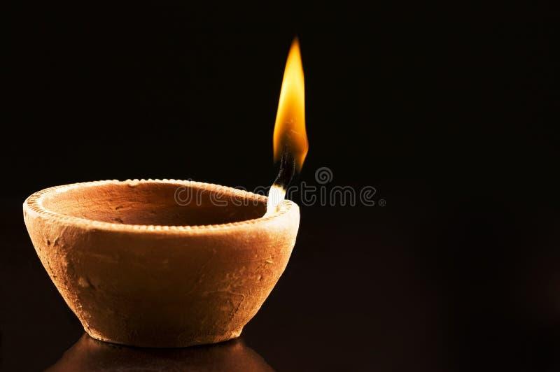 Flama ardente na lâmpada Earthen imagens de stock
