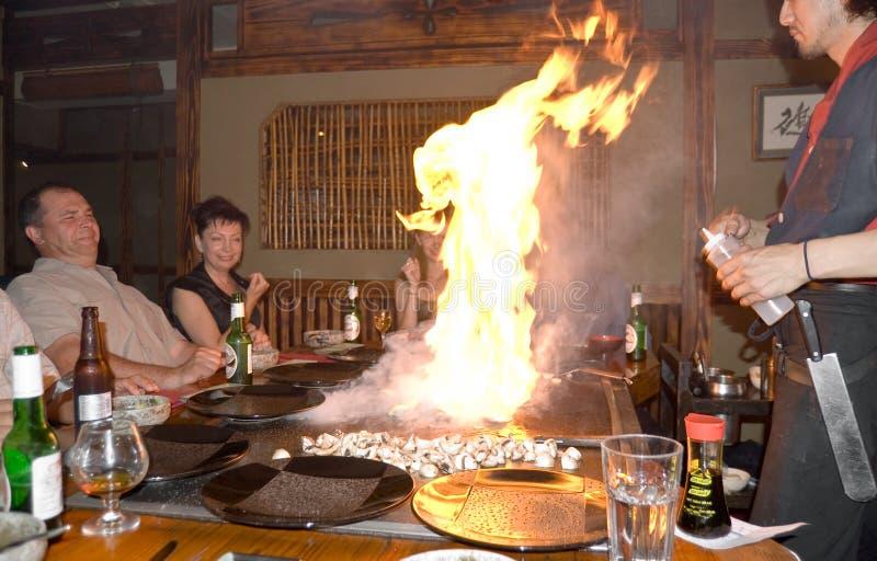 Flama: Cena japonesa do restaurante do teppanyaki. fotos de stock