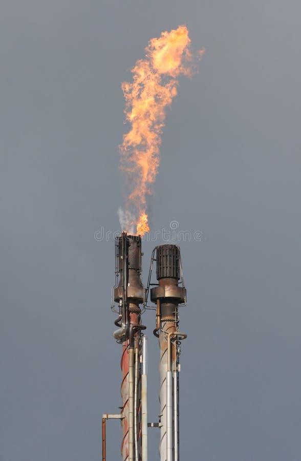 Flama del gas de la refinería de petróleo foto de archivo libre de regalías