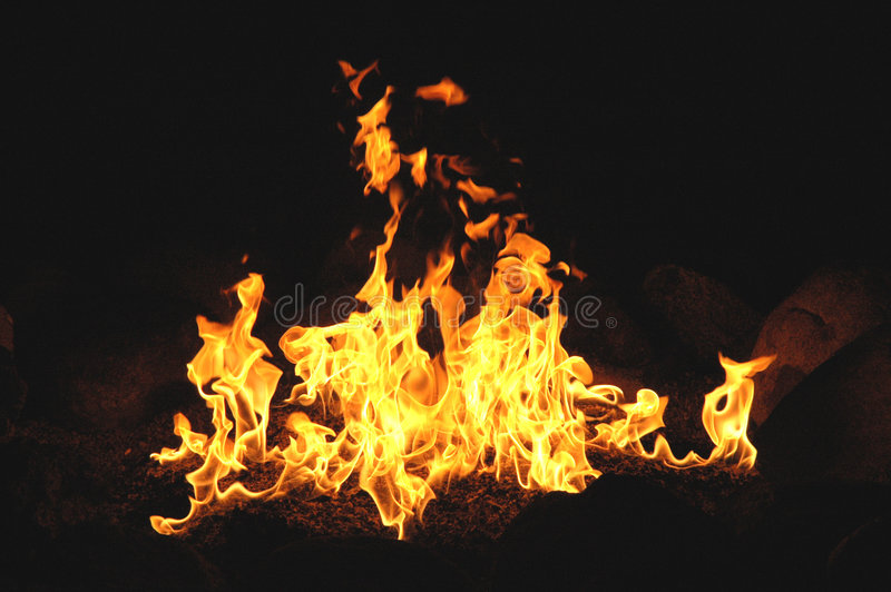 Flamas Billowing de Wth da fogueira fotos de stock royalty free