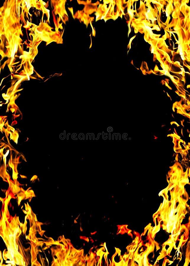 Flamas de um incêndio na obscuridade foto de stock royalty free