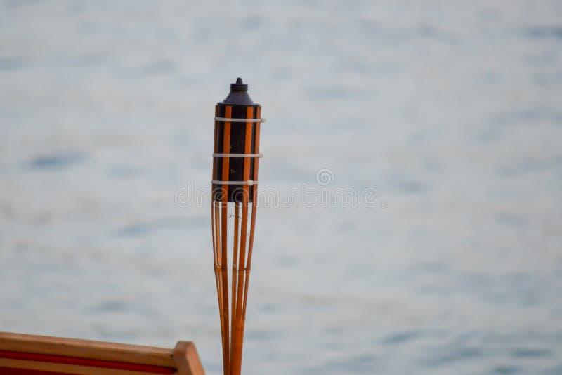 Flambeau auf Seehintergrund auf adriatischem Meer lizenzfreies stockfoto