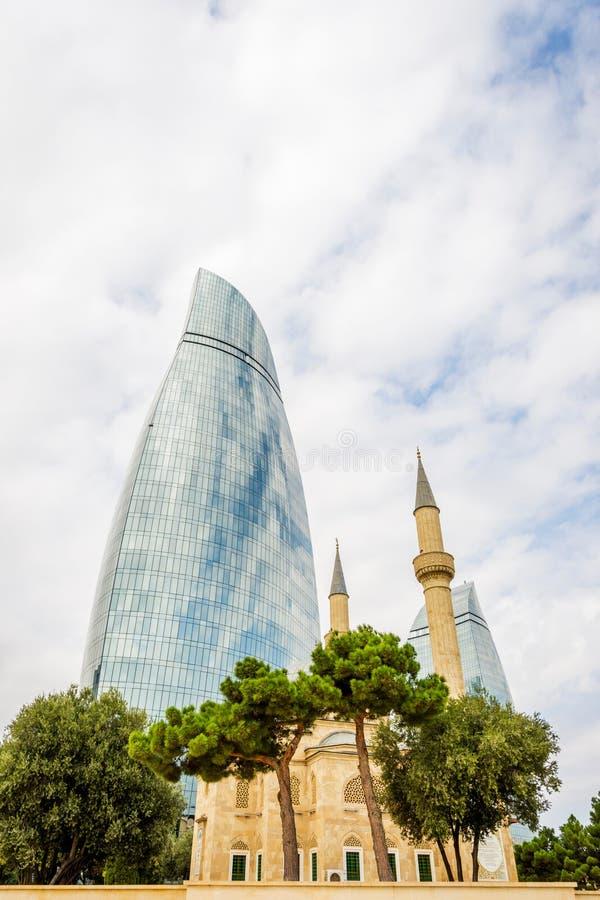 Flambez les tours et la mosquée, Bakou, Azerbaïdjan photos stock
