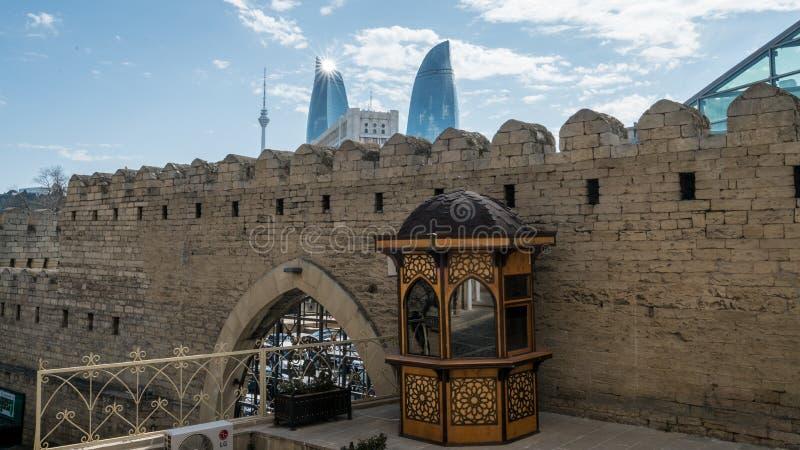 Flamee las torres vistas de las paredes de la ciudad vieja de Baku, Azerbaijan imagen de archivo libre de regalías