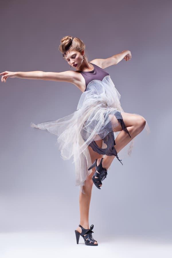 Flamenco χορευτής στον εκλεκτής ποιότητας αναδρομικό χορό φορεμάτων στοκ φωτογραφία