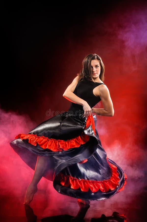 Flamenco da dança da jovem mulher na névoa vermelha fotos de stock royalty free