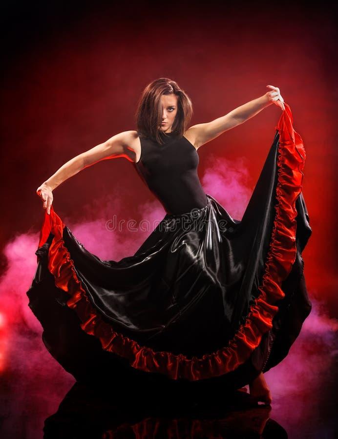 Flamenco da dança da jovem mulher no fundo do fumo imagens de stock royalty free