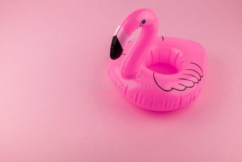 Flamenco inflable gigante en un fondo rosado, partido del flotador de la piscina, concepto mínimo del verano de moda con la traye foto de archivo