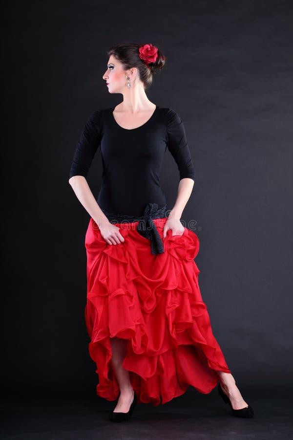 Flamenco spagnolo di dancing della donna sopra backg nero fotografia stock