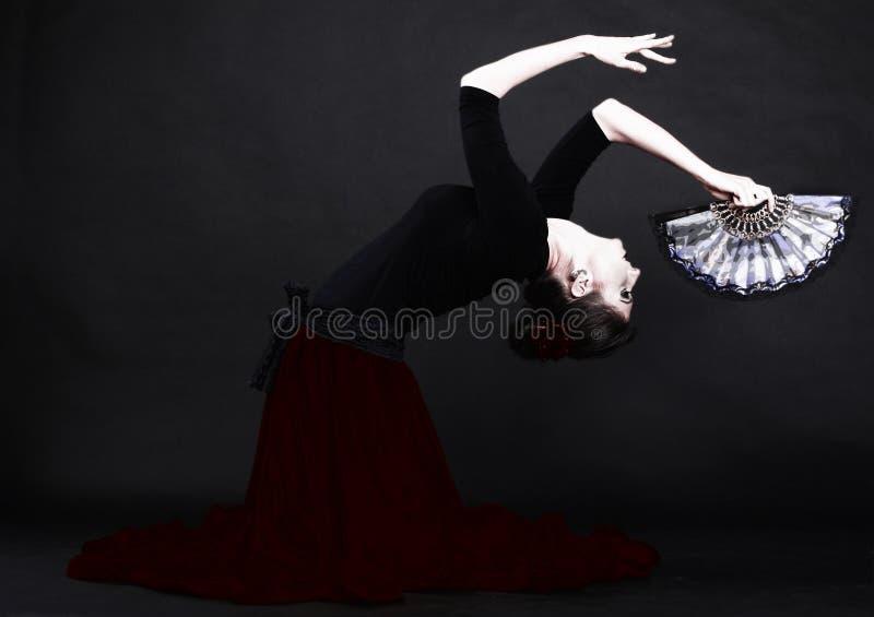 flamenco spagnolo di dancing della donna sopra il nero fotografie stock libere da diritti